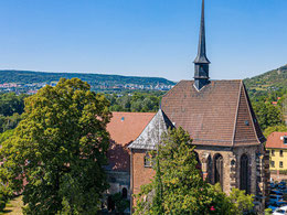 Dominanter hochgotischer Chor und markanter Dachreiter der Peterskirche