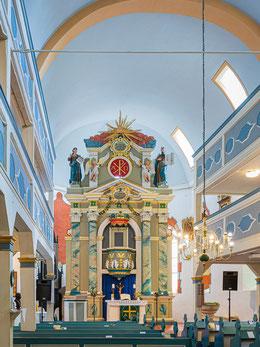 Chorraum mit Stein-Altar von 1577 und Kanzeleinbau des 18. Jh.
