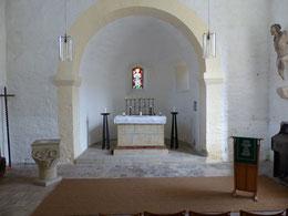 Blick zum Altar mit Kapitell als Taufstein