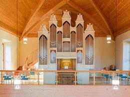 Neue Orgel der Firma Kutter, links das restaurierte Kruzifix aus dem 13. Jh.