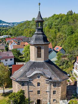 Außenansicht der Paulskirche Wöllnitz mit ihrem schwungvollen Barockgiebel