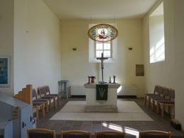Chorraum mit Altar und Jesusbild, links vorn Truhenorgel