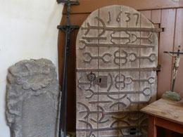 Holztür mit Eisenbeschlag von 1637 in der Sakristei