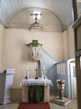 Innenansicht mit Altar, Kanzel und Kruzifix