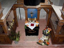 Blick von der Empore zum Altar, zu den beiden seitlichen Logen und zur versteckten Sakristei