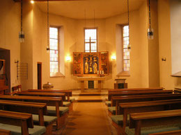 Kircheninnenraum mit historischem Flügelaltar
