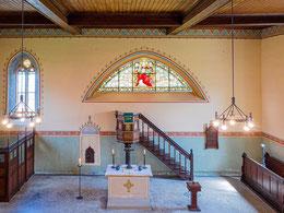 Altar mit Kanzel und Farbglasfenster