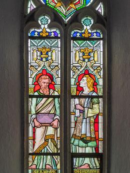 Spätgotisches Bleiglasfenster mit Fischblasenmaßwerk, Darstellung der Evangelisten Lukas und Johannes