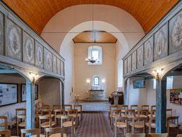 Altarbereich, Taufstein und bemalte Emporen