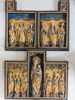 Über dem Triumphbogen angeordnetes mittelalterliches Altarwerk