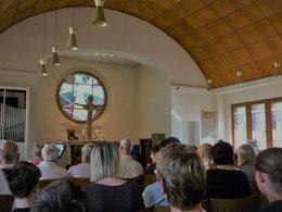 Gottesdienstraum mit Tonnengewölbe und Orgel