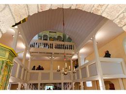 Nach der Renovierung erstrahlt der Kirchenraum im neuen Glanz, die neue Orgel fügt sich harmonisch ein