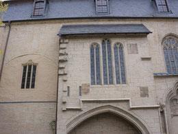 Vermauerter Zugang zur Nonnenempore ganz links, Mitte links Beichtzelle von außen