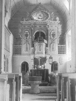 Ursprüngliche Innenansicht mit Kanzelaltar und Tonnengewölbe