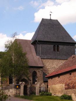 Kirche Löberschütz, gedrungenes Kirchenschiff und wehrhafter Turm