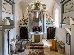 Chorraum mit Kanzelaltar, Taufengel und Glocke mit Taufschale