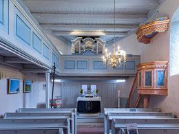 Blick nach Osten auf Kanzel, Altar, Orgelempore und freigelegte Decke mit  Schiffskehlen-Balken