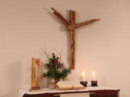 Kreuz und Dreifaltigkeitsplastik der Künstlerin Elly-Viola Nahmmacher