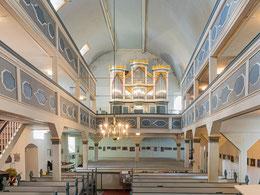 Kirchenschiff mit Doppelemporen und Blick zur Poppe-Orgel