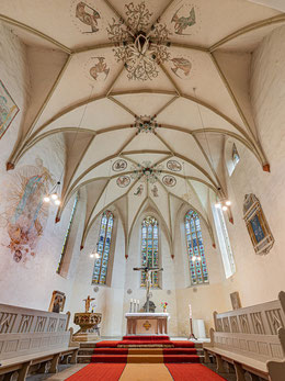 Chorraum mit Altar, Taufstein und Buntglasfenstern