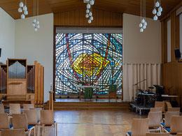 Kirchsaal mit Orgel, Altarraum und Band-Instrumentarium