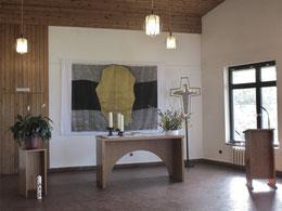 Altar und Ambo im großen Gemeindesaal