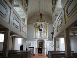 Innenraum mit Altarbereich, barocker Kanzel und Emporen