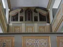 Blick zur Orgel mit erneuerter Ornamentik an den Emporen