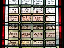 Sakristei-Fenster mit Namen der Geistlichen seit der Reformation