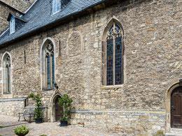 Schauseite der Stadtkirche mit drei Portalen