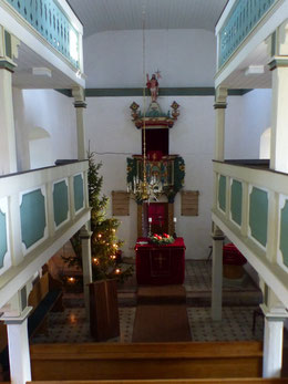 Kirchenraum mit Altar und Kanzel