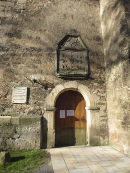 Das mit Eierstabmotiven geschmückte Eingangsportal (17. Jh.)  an der Südseite der Drackendorfer Kirche