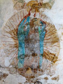 Madonna im Strahlenkranz mit Jesuskind, Krone und Mondsichel von Engeln gehalten