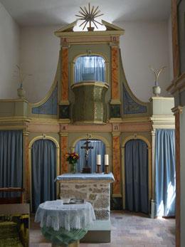 Blick zum Altar und zur Kanzel