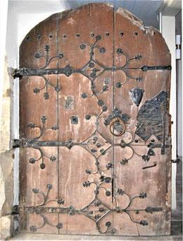 Das Türblatt an der Südseite stammt aus der Zeit des spätgotischen Umbaus