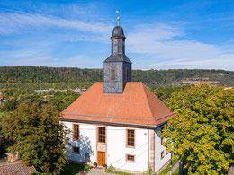 Nach dem Brand wiedererrichtete Kirche mit neuer Uhr und Wetterfahne