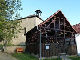 Der Glockenstuhl musste neben der Kirche errichtet werden