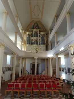 Kirchenschiff mit historischem Mosaikfußboden, neuer Bestuhlung und Sicht auf die  Poppe-Orgel von 1796.