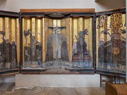 Bemalter Flügelaltar mit Eingravierungen durch Studenten