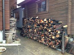 裏の倉庫に積まれた薪・・・