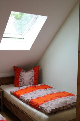 Blick in das Schlafzimmer mit zwei Einzelbetten