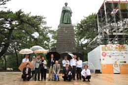 桂浜の坂本龍馬像の前で記念撮影