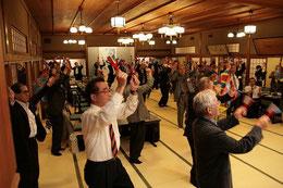 全員が鳴子を持って正調よさこい鳴子踊りを踊る