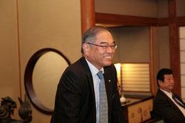 乾杯の音頭をとる四国本部の武山本部長