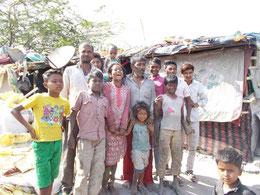 ゴミ置き場で暮らす家族
