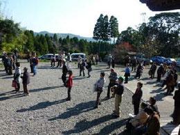 本堂前は参加者でいっぱいです。