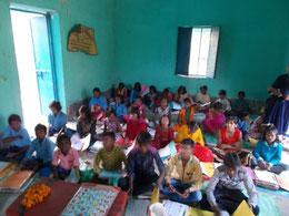 塾で勉強する子供達
