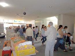 子山ホームに野菜を届けている有志での販売コーナー。様々なボランティアの手でホームは支えられている。