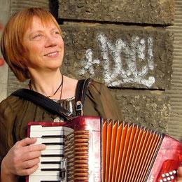 Jutta Bauer am Akkordeon