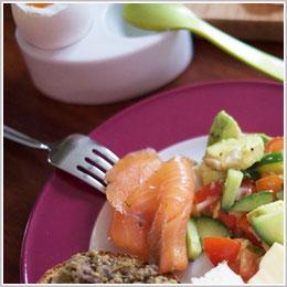 Kerstins Keto, ketogen Frühstücken, Bullet Proof Coffee or Tea, glutenfreies Brot mit Lachs, Käse und Avocado